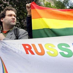 Гомосексуалисты приковали себя наручниками к металлическим