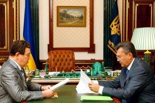 Янукович подарував Кобзону вишиванку