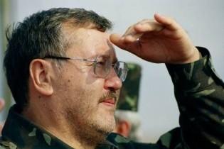 Гриценко пообіцяв не літати на відкриття пам'ятників