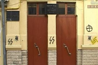 """У Румунії """"фашисти"""" обмалювали синагогу нацистською свастикою"""