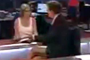 """Ведучий новин оконфузився у прямому ефірі, """"засвітивши"""" труси (відео)"""