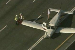В США самолет приземлился на автотрассу