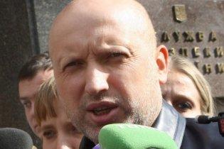 На Турчинова подают в суд