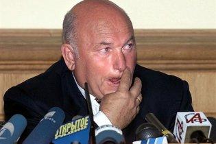 Лужков зірвав засідання суду та подав документи на виїзд до Англії