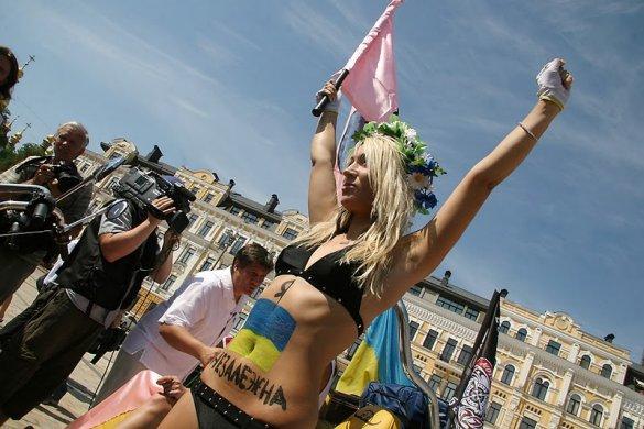 Жіночий рух FEMEN на день незалежності_2
