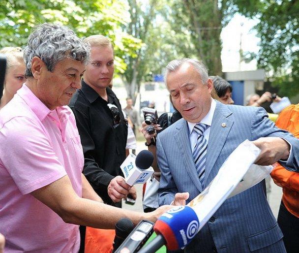 """Футболісти ФК """"Шахтар"""" намалювали емблему Донецька_7"""