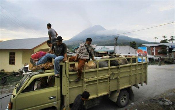 С Суматры эвакуировали 40 тысяч человек из-за извержения вулкана