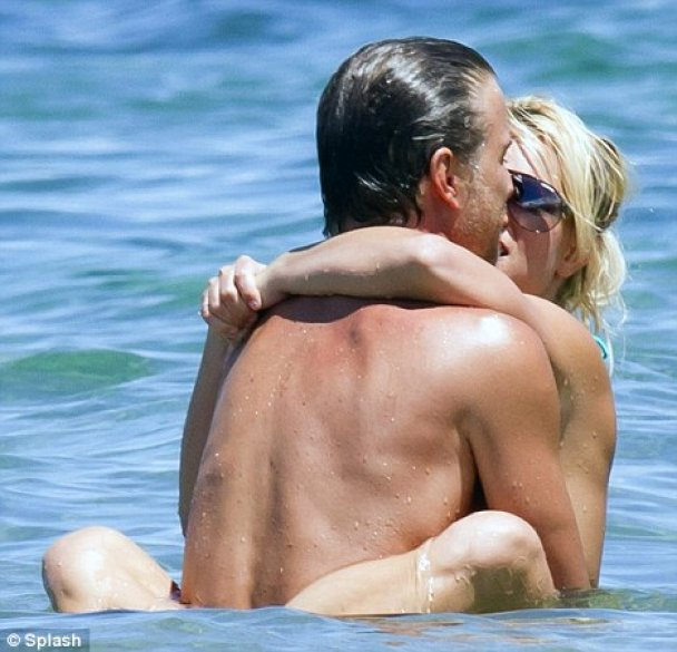 Бритни Спирс на пляже устроила шоу для папарацци.