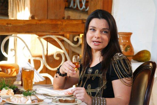 Наташа Корольова і Катя Осадча напилися горілки та закусили салом