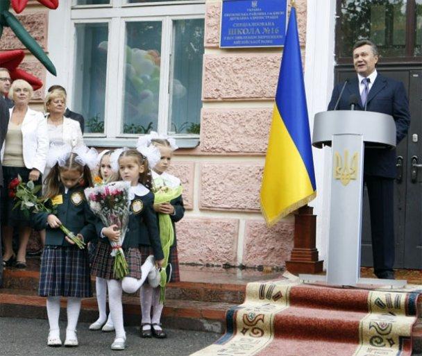 Віктор Янукович у школі 1 вересня_15