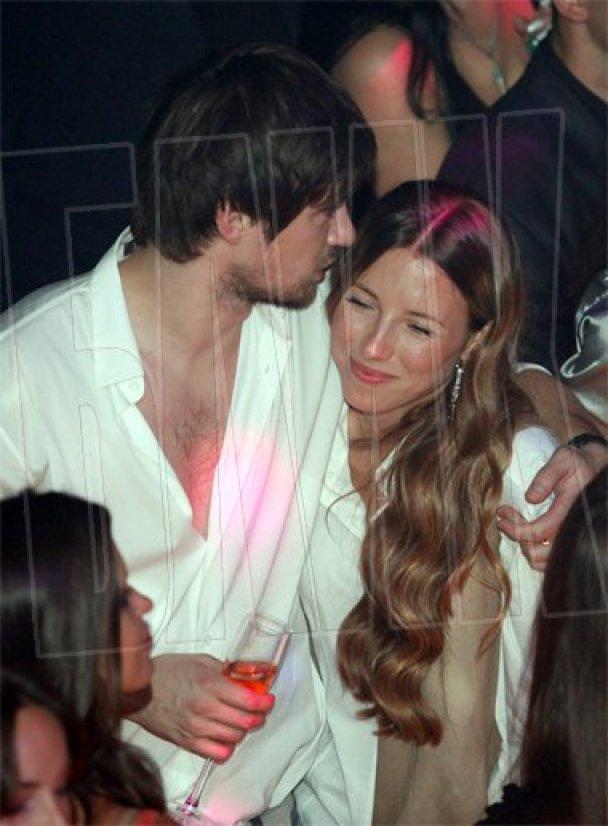 Артем Мілевський розважився у нічному клубі_5