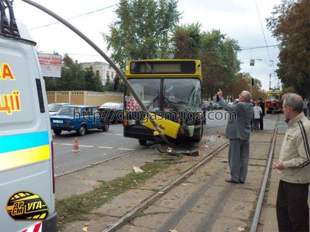 ДТП: у Києві зіткнулися автобус і трамвай_1
