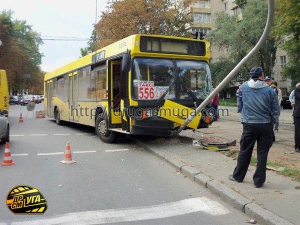 ДТП: у Києві зіткнулися автобус і трамвай_8