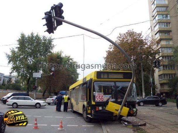 ДТП: у Києві зіткнулися автобус і трамвай_10