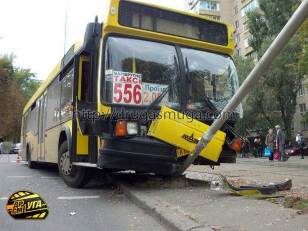 ДТП: у Києві зіткнулися автобус і трамвай_13