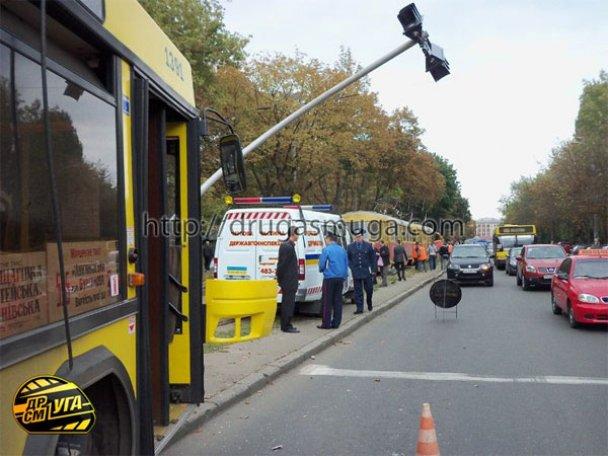 ДТП: у Києві зіткнулися автобус і трамвай_14
