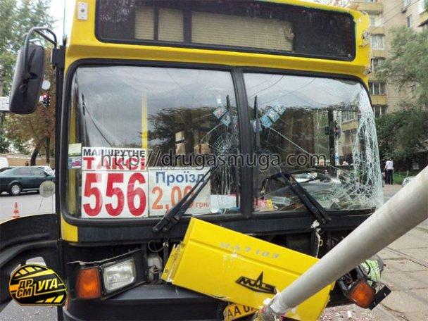 ДТП: у Києві зіткнулися автобус і трамвай_16