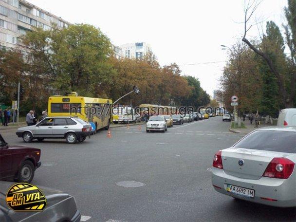 ДТП: у Києві зіткнулися автобус і трамвай_19