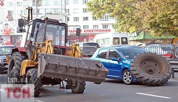 ДТП у Києві: колесо від трактора накрило легковик_2