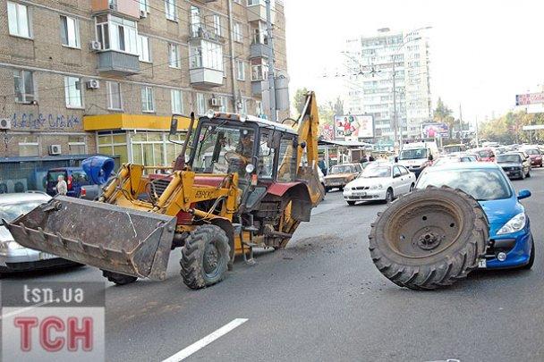 ДТП у Києві: колесо від трактора накрило легковик_3