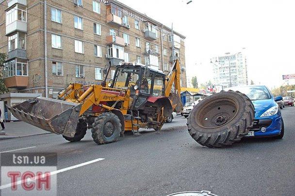 ДТП у Києві: колесо від трактора накрило легковик_4