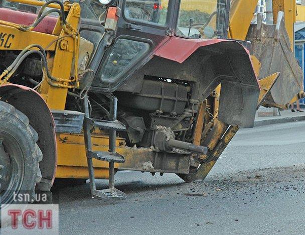 ДТП у Києві: колесо від трактора накрило легковик_6