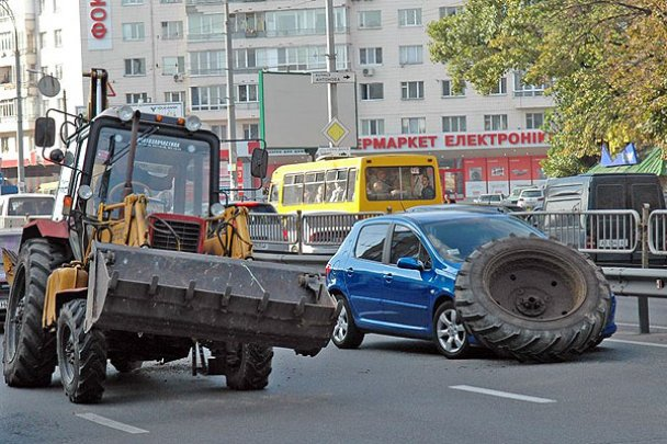 ДТП у Києві: колесо від трактора накрило легковик_7