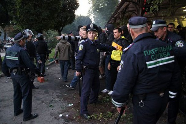 Сутичка між фанатами Карпат і Боруссії у Львові_3