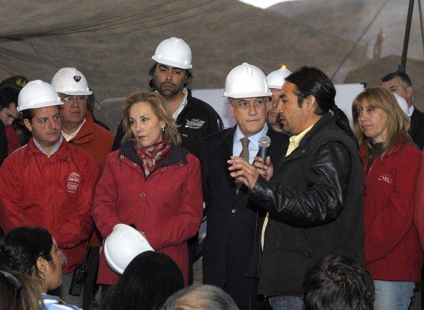 президент Чилі з шахтарями