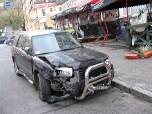 ДТП у Києві: Subaru Forester влетів у ресторан_2