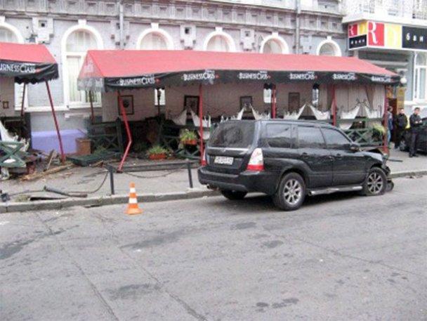 ДТП у Києві: Subaru Forester влетів у ресторан_5