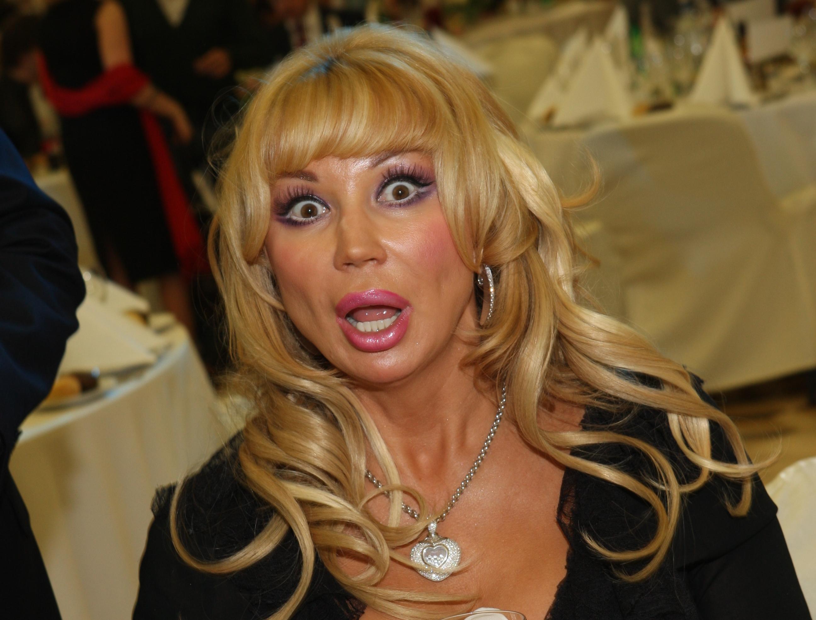 Смотреть в онлайн бесплатно клипы известных российских певиц только в мини юбках 27 фотография
