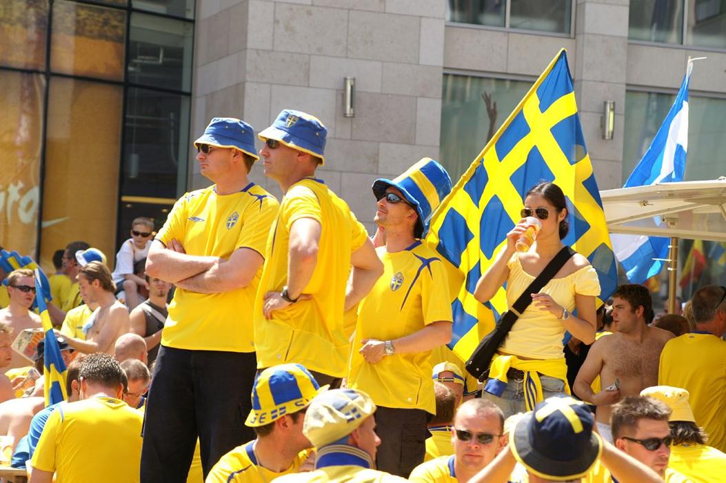 Шведские болельщики в такси оставляют паспорта, телефоны и пиджаки