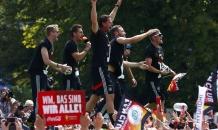 Безумные чемпионы: сборная Германии плясала и хвасталась Кубком мира перед болельщиками