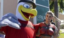 """Вице-мисс """"бразильская попка"""" нарисовала на обнаженной груди футболку Криштиану Роналду"""