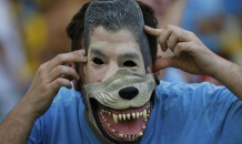 """Уругвай, зубами и когтями"": фанаты поддержали Луиса Суареса на матче с Колумбией"