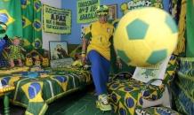 """Бразильская бабушка-фанатка превратила свою квартиру в красочный """"футбольный мир"""""""