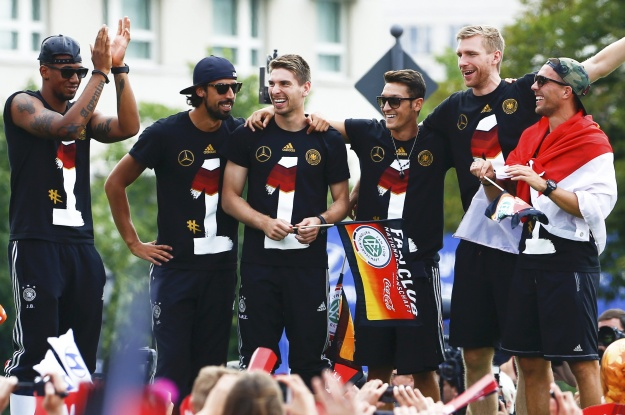 Игроки сборной Германии плясали и хвастались Кубком мира перед болельщиками