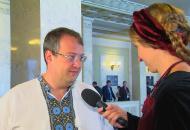 Радник Авакова Антон Геращенко розповів, як міняє памперси маленькій донечці
