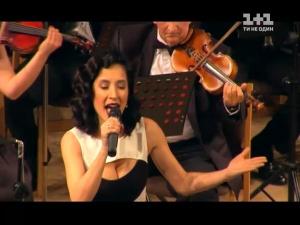Молода мама Анна Завальська заспівала на ювілейному вечорі свекра-композитора