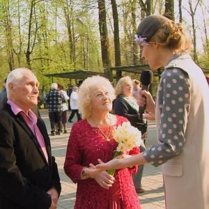 Напередодні Дня Перемоги Катя Осадча завітала у Гідропарк до танцюючих пенсіонерів