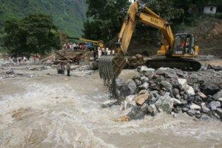 В Китае сошел с рельсов и упал в реку пассажирский поезд