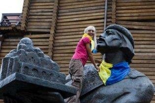 На пам'ятниках у Києві з'явилися синьо-жовті хустки