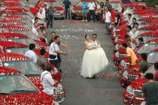 Забобонний китаєць подарував нареченій 99 999 троянд - для міцності шлюбу