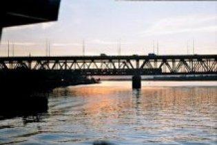 Пьяный капитан протаранил пароходом мост через Днепр