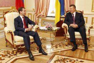 """Медведев поздравил Януковича и напомнил о """"ряде амбициозных задач"""""""