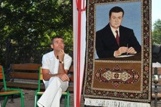 У Донецьку Януковича виткали на килимі