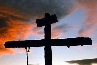 На Донбасі чоловік повісився на могильному хресті своєї дружини