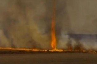 В Бразилии сняли на видео уникальный огненный смерч