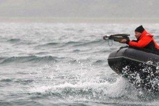 Путин стрелял из арбалета в кита: попал только с четвертого раза